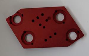 マシニング加工したあとに、20ミクロンの硬質赤アルマイトで硬くしています。