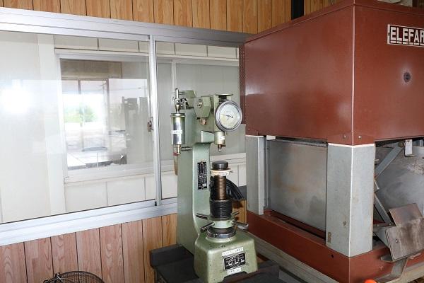 無酸化焼入炉・換気式焼戻炉・ロックウェル型硬度試験機・サンドブラスト01