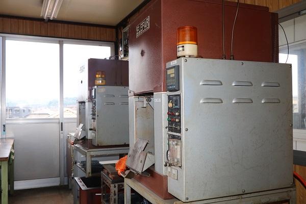 無酸化焼入炉・換気式焼戻炉・ロックウェル型硬度試験機・サンドブラスト02
