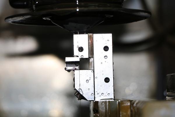 ワイヤーカット放電加工機